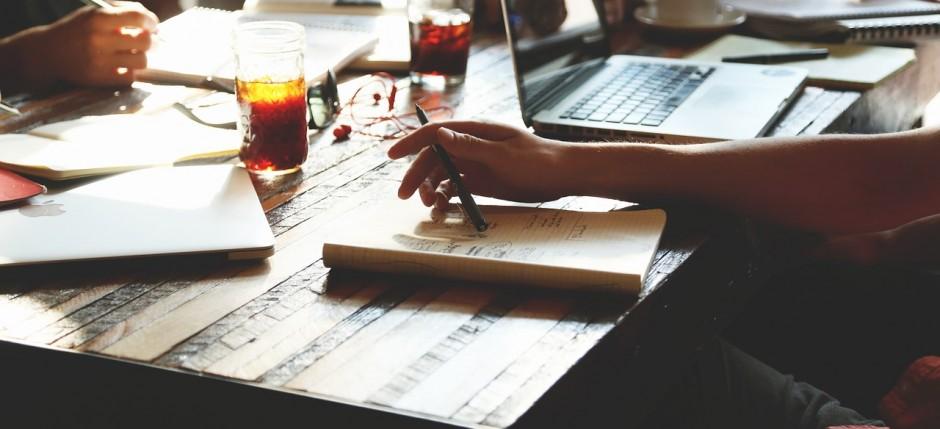 Współcześnie coraz częściej marzeniem pracowników jest praca z dala od biurka.